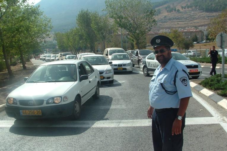 שוטר חרדי מסייע לסטודנטים להפגין נגדו