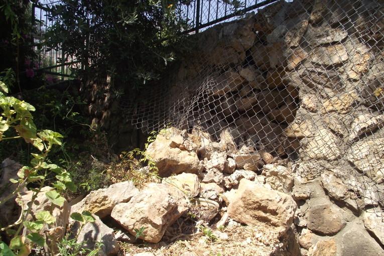 החומה ממשיכה ליפול