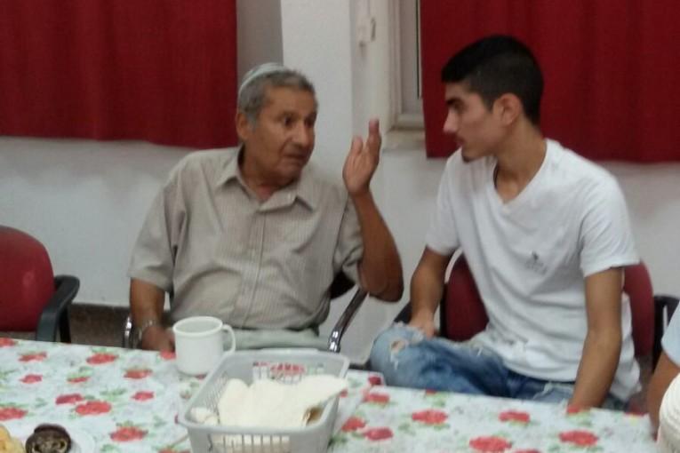 תלמידי ברנקו וייס מביאים שמחה לקשישים