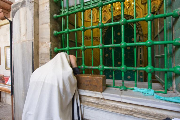 האם כדאי ללכת לקברי צדיקים?