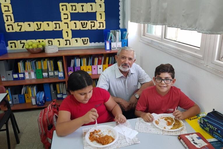 ראש העיר אוכל צהריים עם התלמידים
