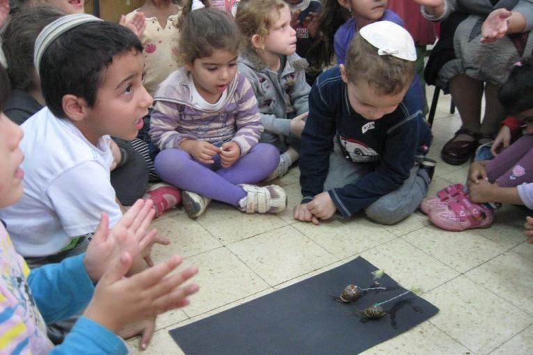 """גני הילדים חווים את הסתיו בבית ספר """"עוזיאל"""""""