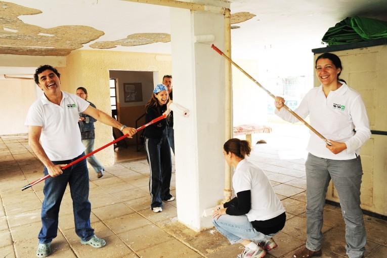 מכללת תל-חי ומרכז הצעירים התגייסו לשיפוץ חדרי מדרגות בשכונות מצוקה בעיר