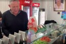 צפו בוידאו: בני גנץ מכין פלאפל לתושבי העיר ב… פלאפל עמר
